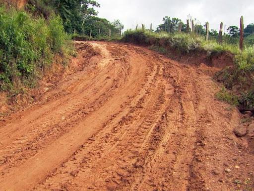 A importância da manutenção de estradas de barro para o escoamento de produtos agrícolas e a boa comunicação dos agricultores com as prefeituras